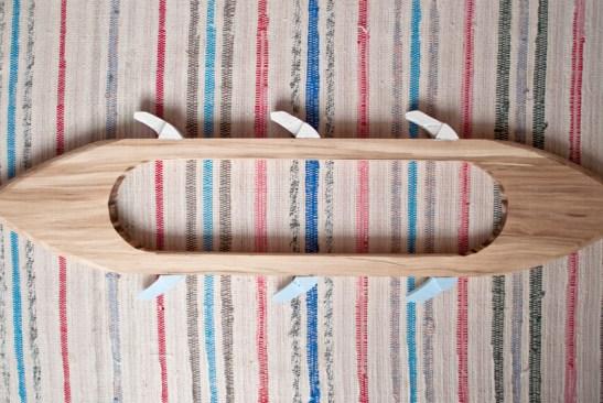 suveica este componenta cheie în războiul de țesut care transportă firul prin țesătură pentru a crea modele magice. cuierul-suveică este componenta cheie de pe orice perete care transportă poveștile magice de demult către viața ta.