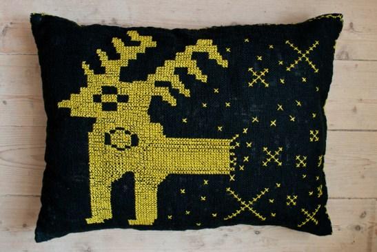 cerbul este folosit în broderia săsească ca rege al pădurii, simbolizând mândrie și nobilime. pe perna noastră a explodat în steluțe spirituale, adăugând o componentă psihedelică rigurozității și făloșeniei transilvănene.
