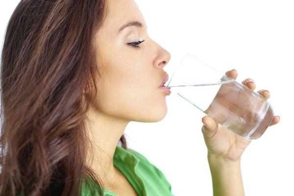 ¿Es verdad que el agua ayuda a bajar de peso?