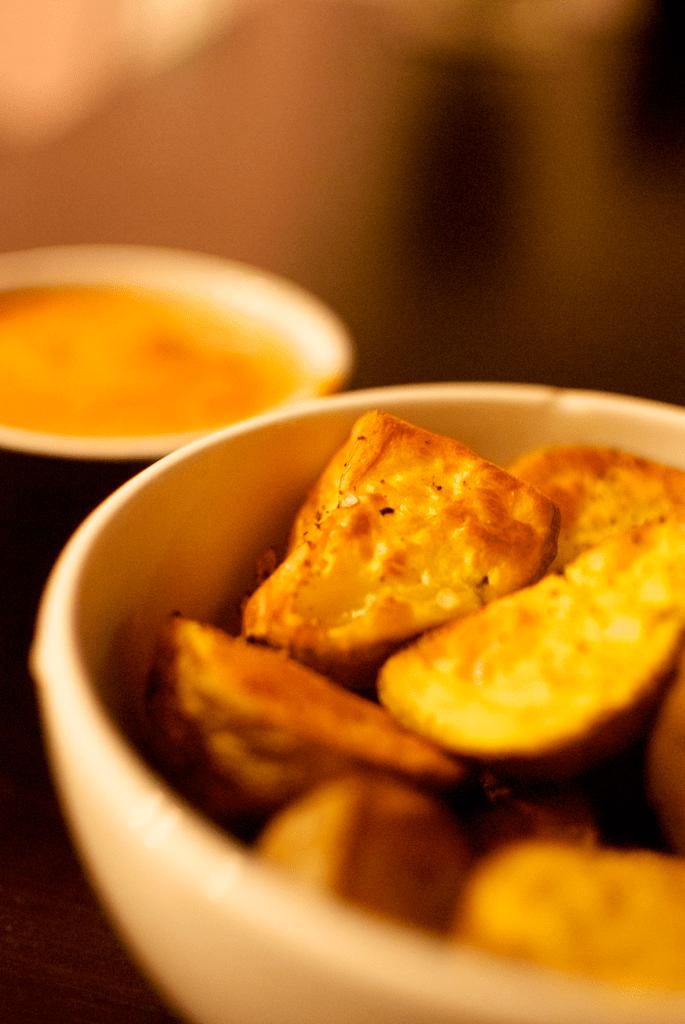 Cartofi copti cu rozmarin si mujdei de usturoi
