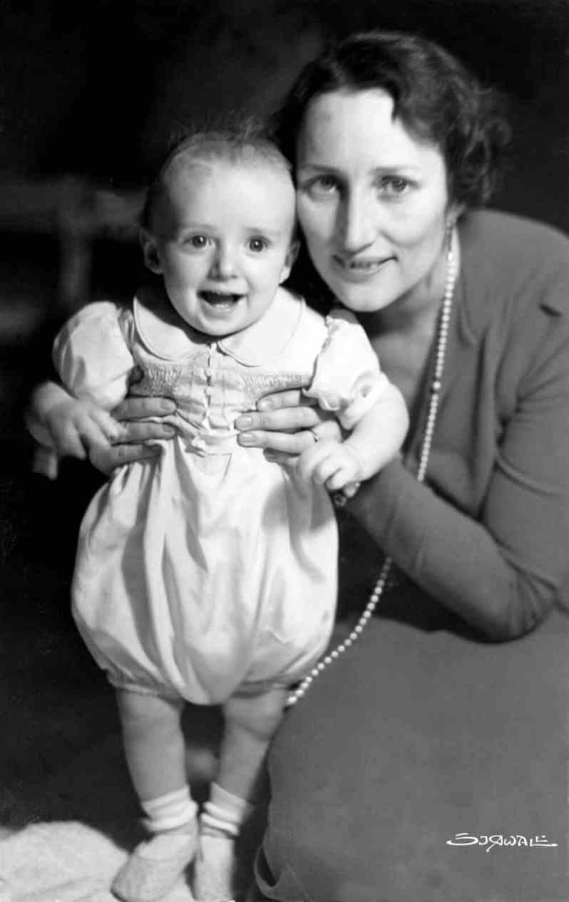 Harald von Norwegen mit seiner Mutter Märtha Louise