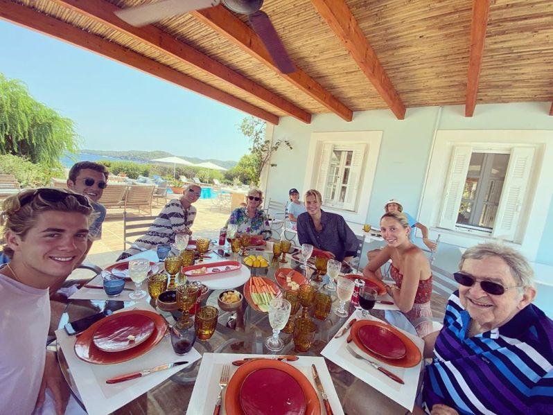 Peregrine Pearson (hinten links) verbringt sogar schon gemeinsame Zeit mit der griechischen Königsfamilie. © Pavlos Greece via Instagram