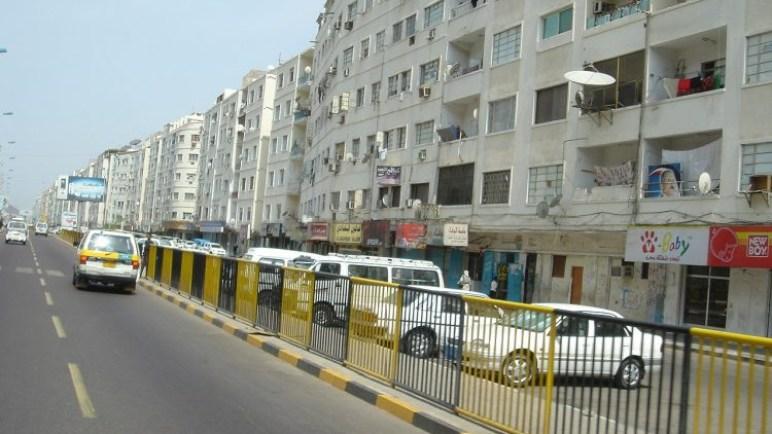 عدن: احتشاد قوة أمنية على مدخل الشارع الرئيسي بالمعلا