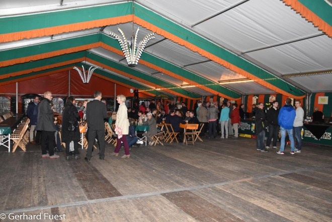 Die Feier beginnt im Zelt