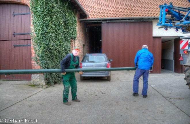Vorbereitung Tannenbaum-Aufstellung, Fahnenmast entnehmen