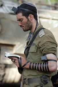 250px-idf-soldier-put-on-tefillin-1219739