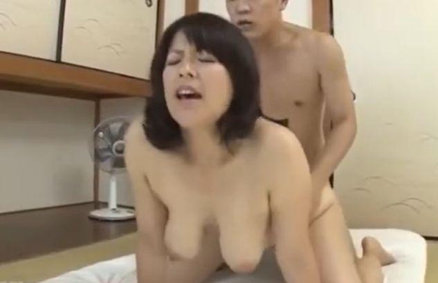 ぽっちゃり豊満美熟女母が息子に後ろから突きまくられ悶絶!