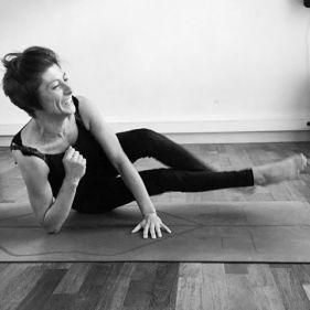 """""""L'équilibre signifie qu'il y a une chance que l'on tombe. Les chances de s'écraser et de se brûler sont nombreuses et en un mot, humaines. Nous rimons tous de temps à autres, mais le véritable équilibre appartient à celui qui choisit de se ressaisir et de revenir marcher sur la corde raide. L'équilibre appartient au yogi qui n'a pas peur de tomber. On ne peut pas faire le poirier au milieu de la pièce sans avoir fait la paix avec la possibilité que l'on tombera peut-être. L'expert en son domaine est tombé bien plus de fois qu'un débutant n'a seulement essayé. Cette réalisation - que l'échec est nécessaire à l'apprentissage, à la construction et à l'évolution - nous libère de la supposition que tomber est mal ou effrayant"""". @kathrynbudig in french"""