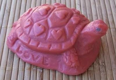 Gambar patung kura kura dari sabun batangan warna merah dengan tulisan love