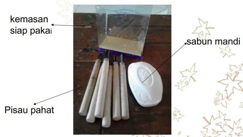 menyiapkan alat dan bahan untuk mengukir sabun