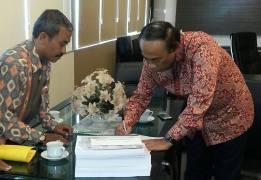 Serahterima Dokumen Pembentukan Donggala Utara kepada Fraksi Golkar DPR RI diwakili oleh H. Muhidin Said di DPR RI April2015