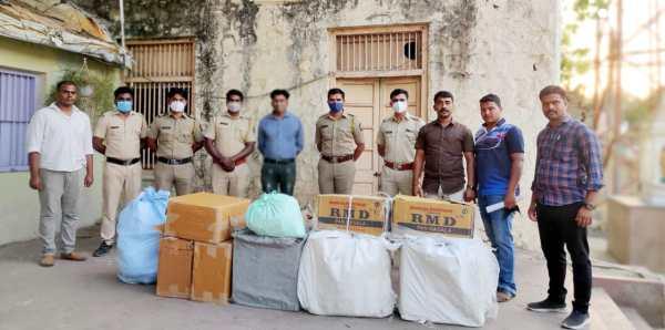 दौंड शहरातील अवैधरित्या विनापरवाना गुटका व विदेशी सिगारेट साठवण केलेल्या व्यापाऱ्यावर परी पोलीस उपअधीक्षक श्री मयूर भुजबळ यांच्या टीमची मोठी कारवाई तब्बल 7 लाख रुपये किंमतीचा माल केला जप्त