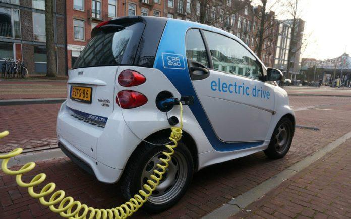 El transporte eléctrico es aquel que usa un motor eléctrico, y se mueve gracias a la energía eléctrica almacenada en una batería que se recarga enchufando el coche a una toma de corriente