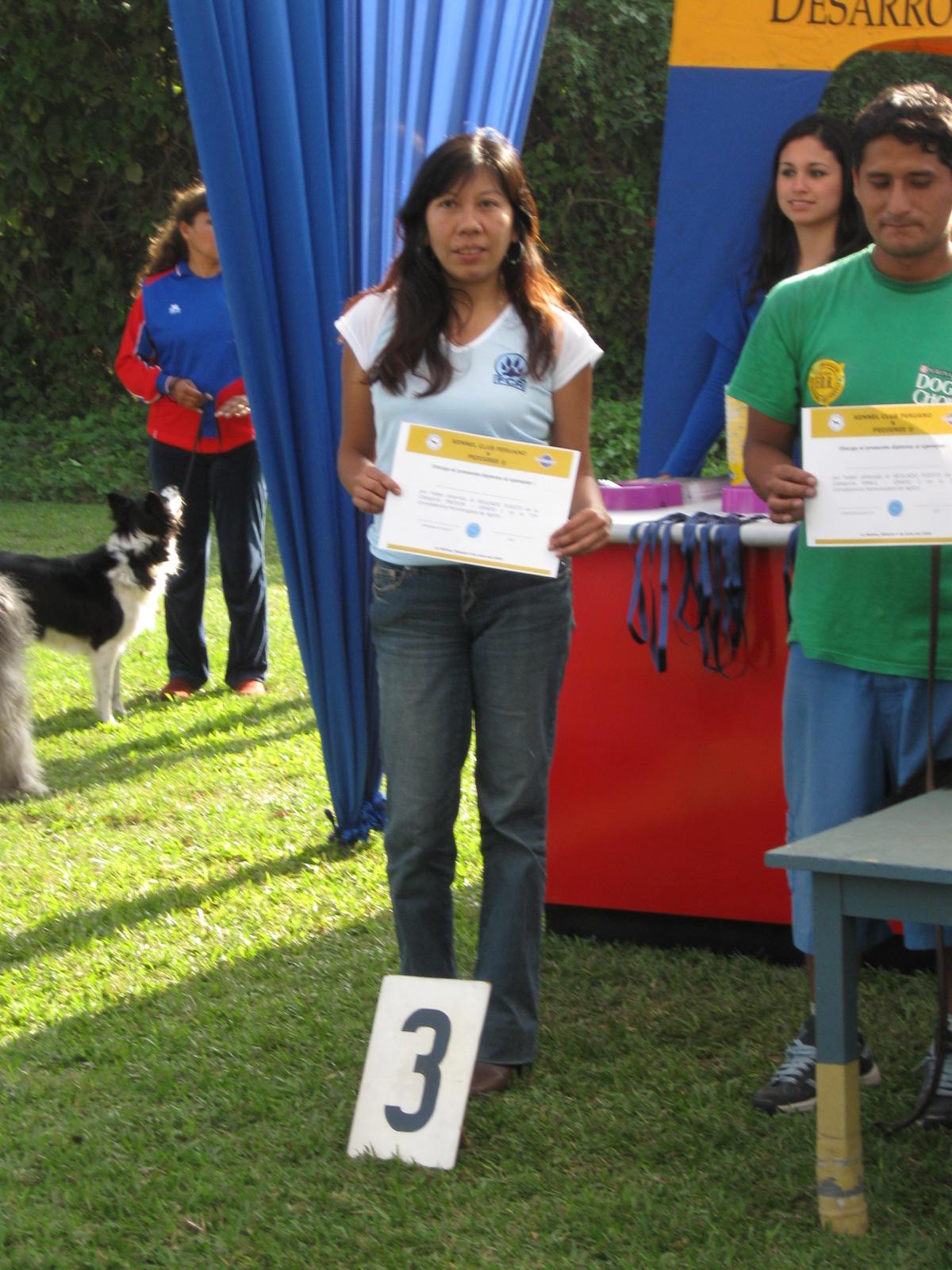 Elisa recibiendo el premio de Alex y Winnie