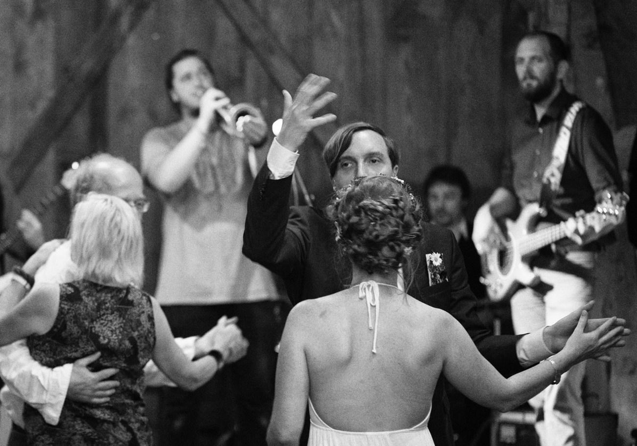 Brautpaar in Bewegung feiert ausgelassen bei guter Musik