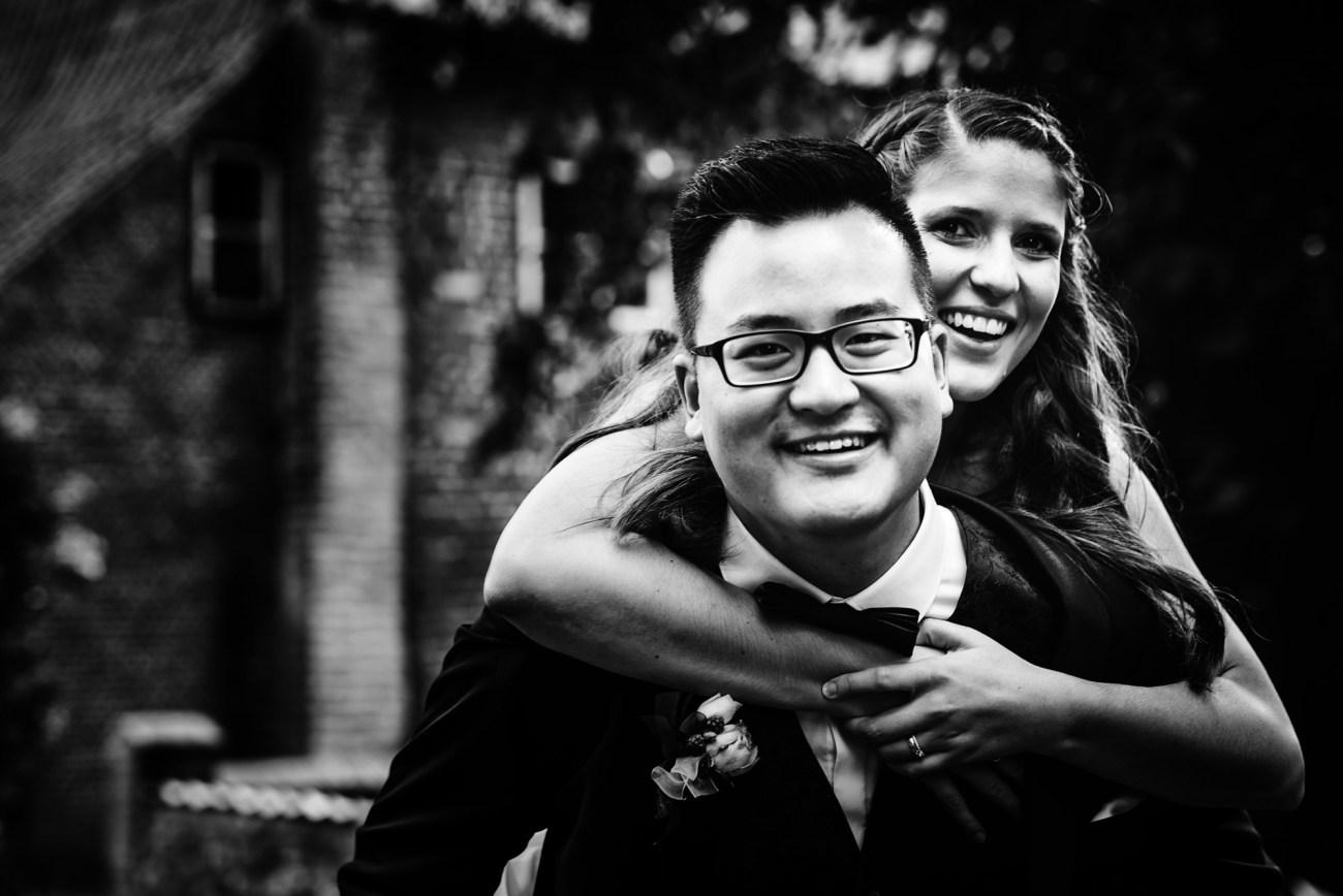 Deutsch-chinesische Outdoor Hochzeit, Brautpaar bei einer Gartenhochzeit im Grünen, die wunderschöne Boho Braut in der Natur bei Hamburg