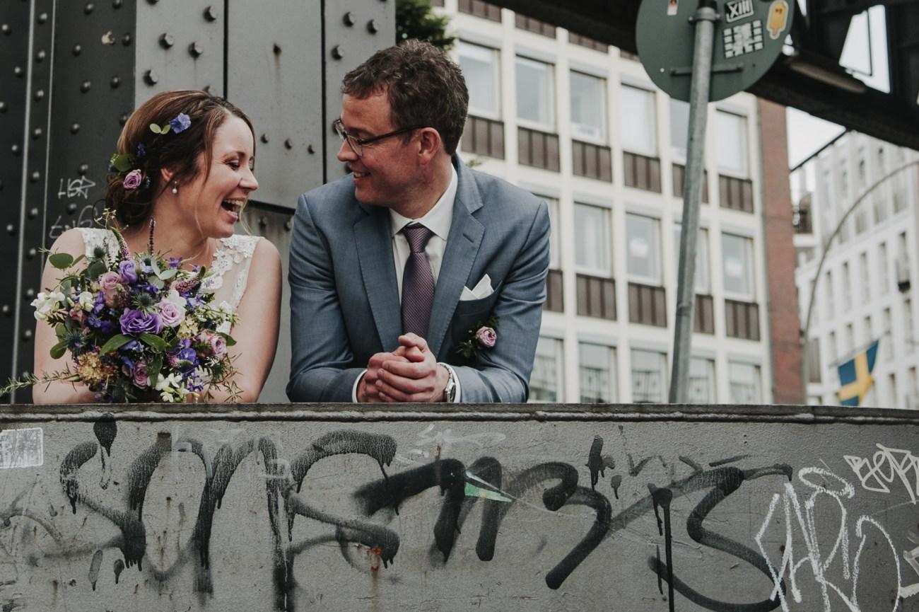 Hochzeit in Hamburg, Paar vor Graffiti am Hamburger Hafen