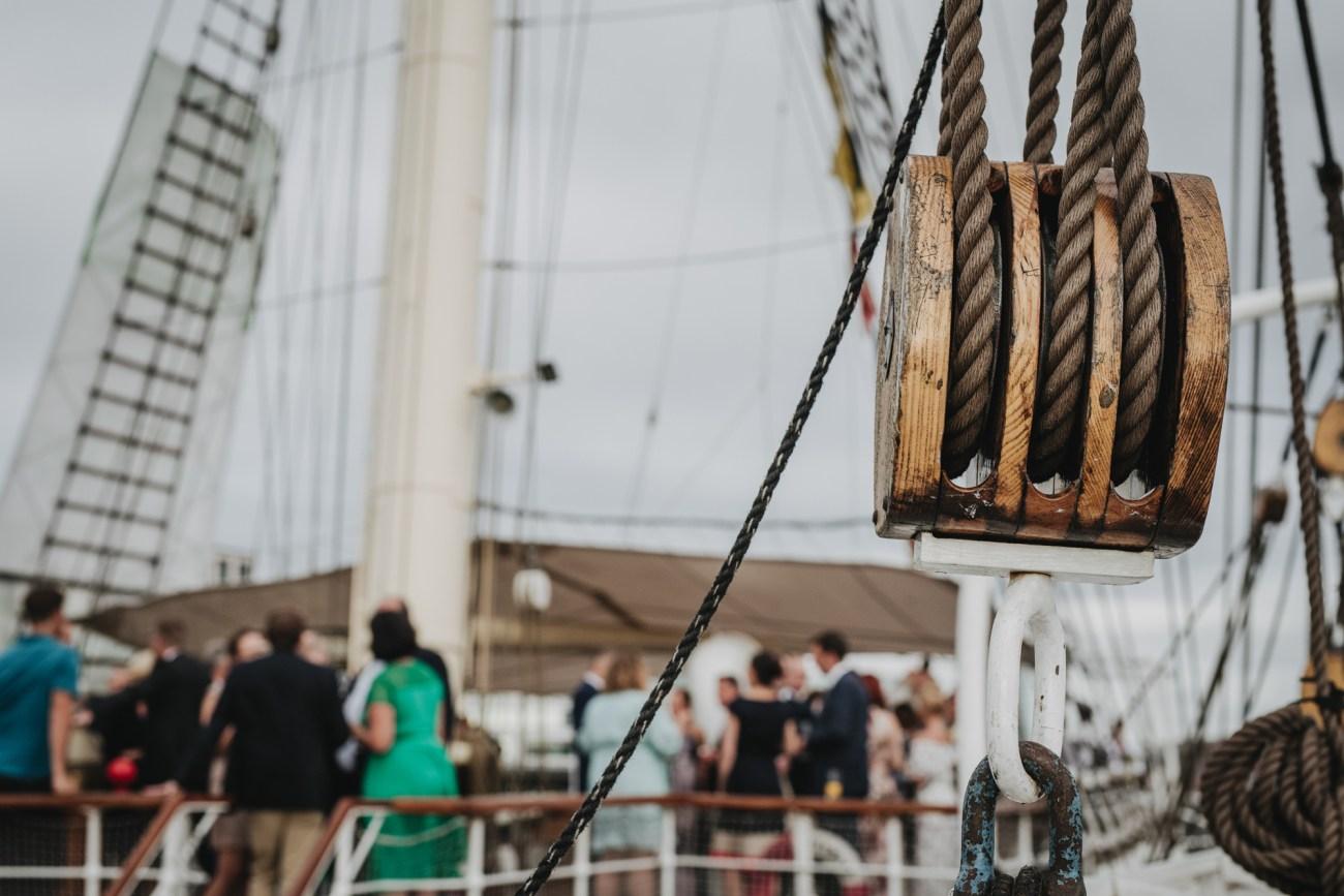 Hochzeit in Hamburg auf dem Segelschiff Rickmer Rickmers im Hamburger Hafen, Sektempfang an Deck