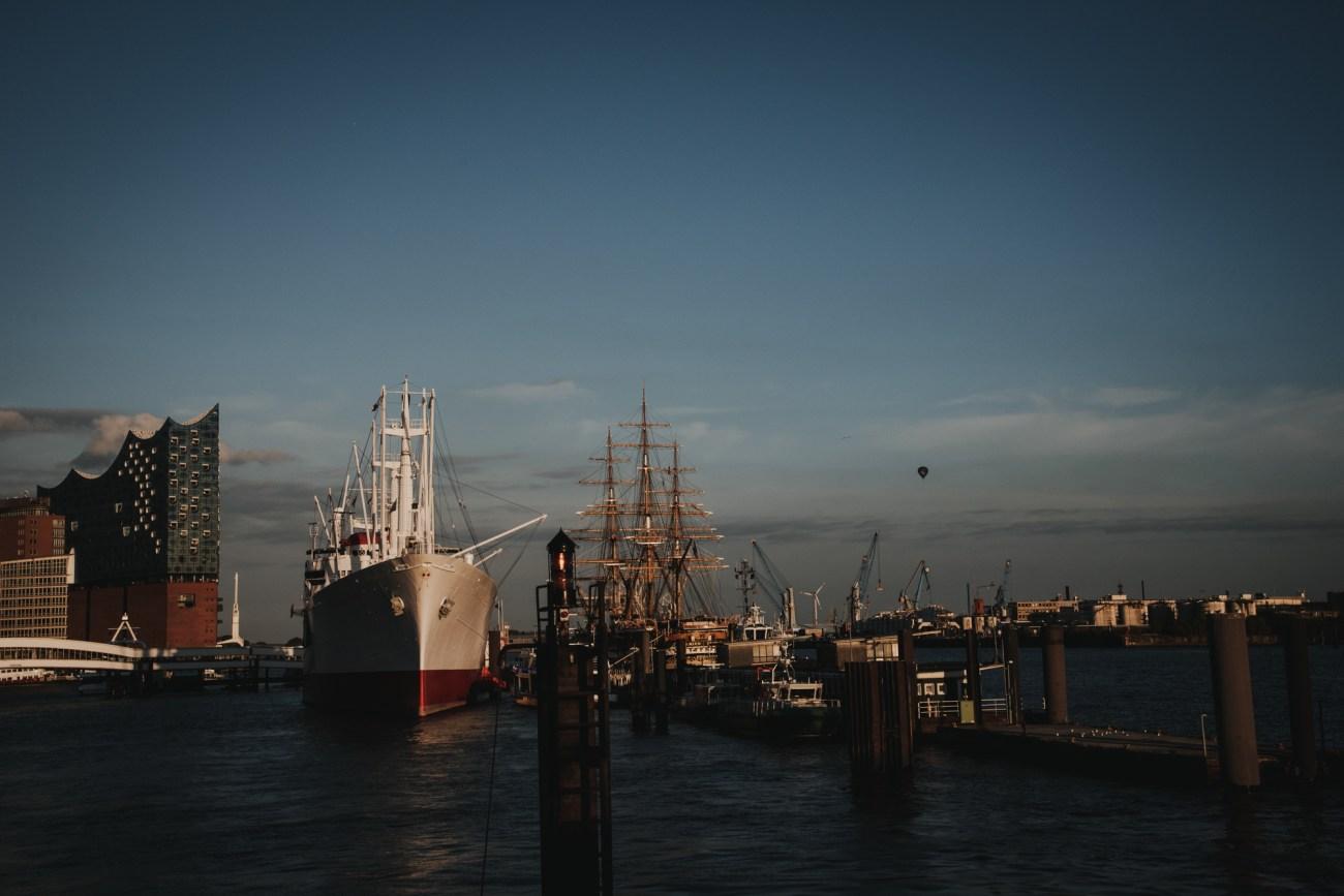 Hochzeit in Hamburg auf dem Segelschiff Rickmer Rickmers im Hamburger Hafen. Blick auf die Elbphilharmonie