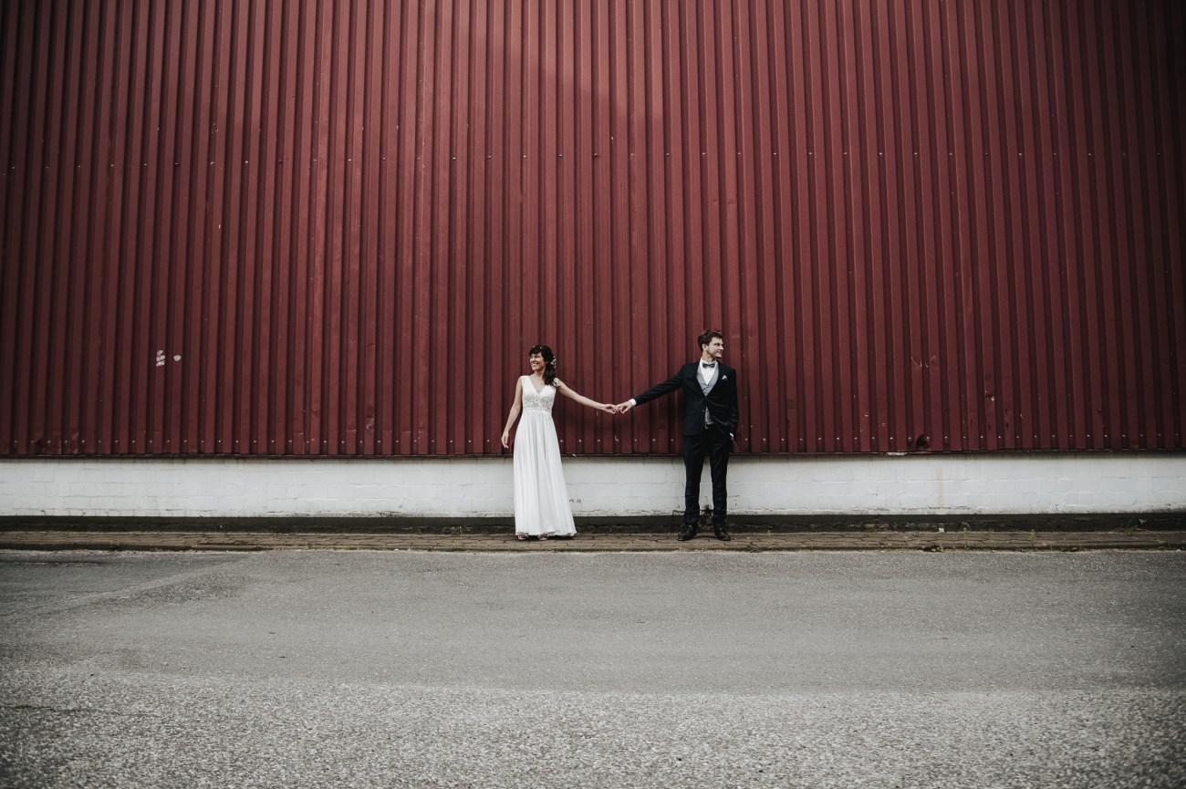 rautpaar beim Shooting in Hamburg Altona vor einer roten Wellblechwand