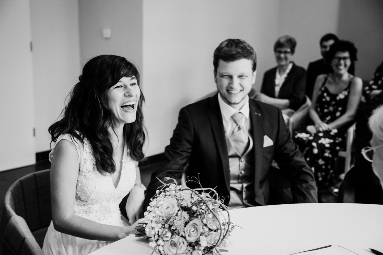 Brautpaar im Standesamt Eimsbüttel in den Grindelhochhäusern bei der Trauung
