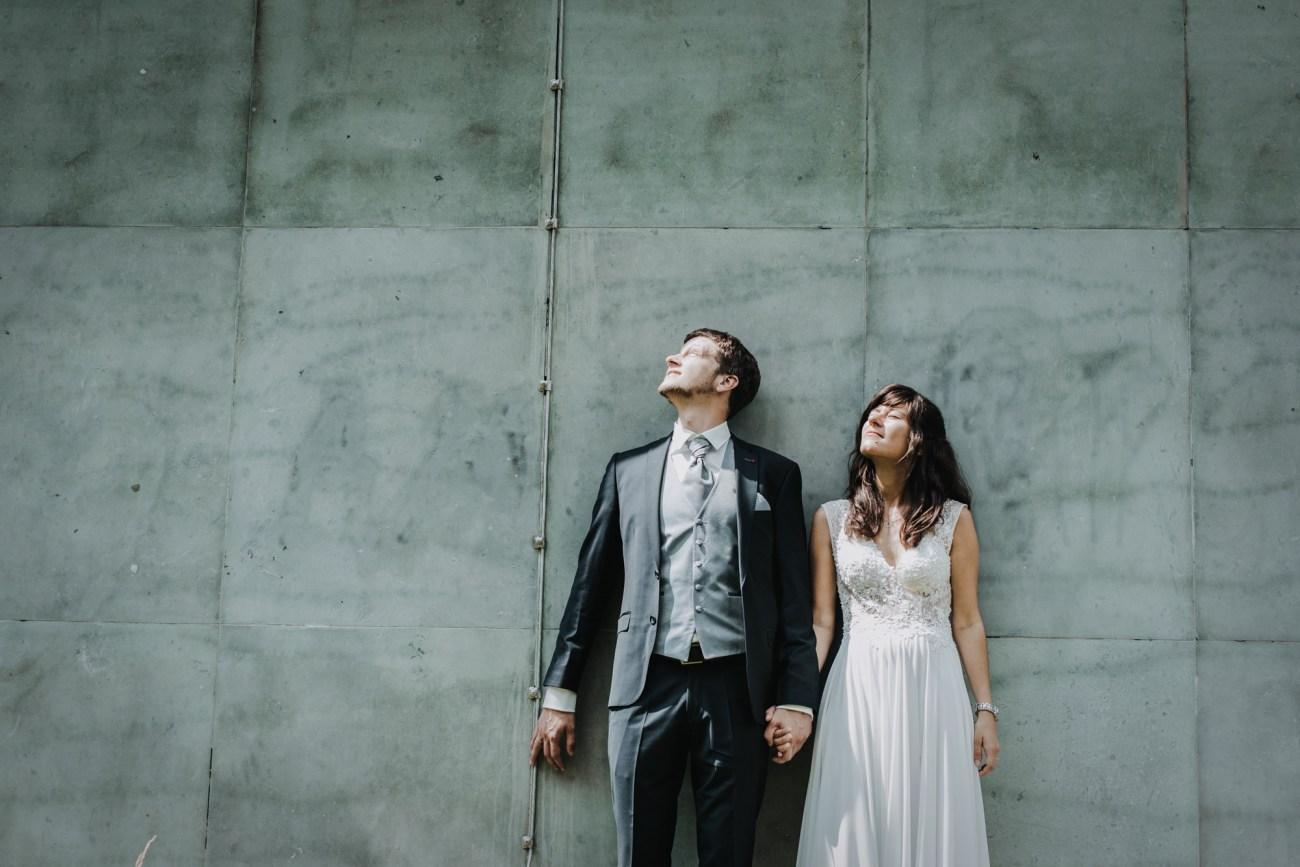 Brautpaar vor den Grindelhochäusern in Hamburg