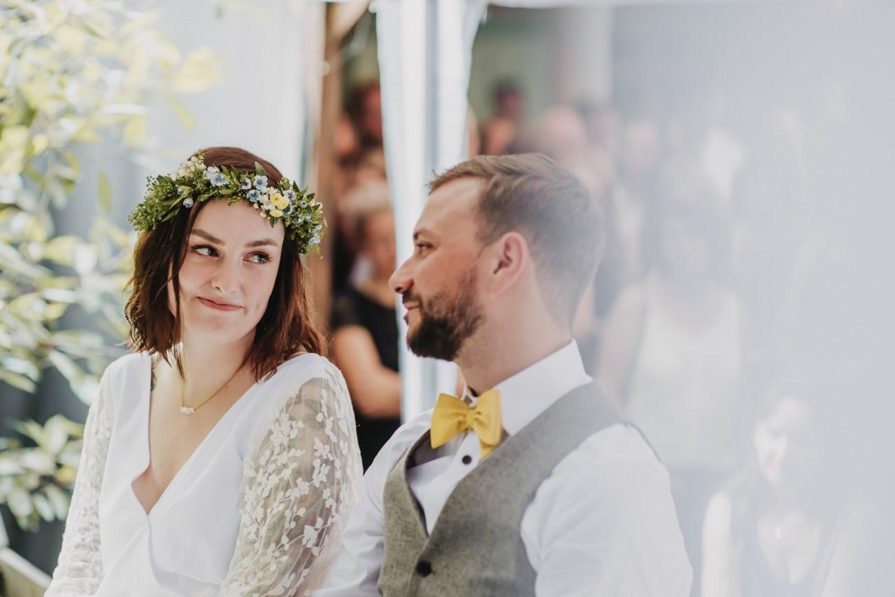 Tätowiertes Brautpaar bei ihrer Hochzeit im Club Grüner Jäger in Hamburg