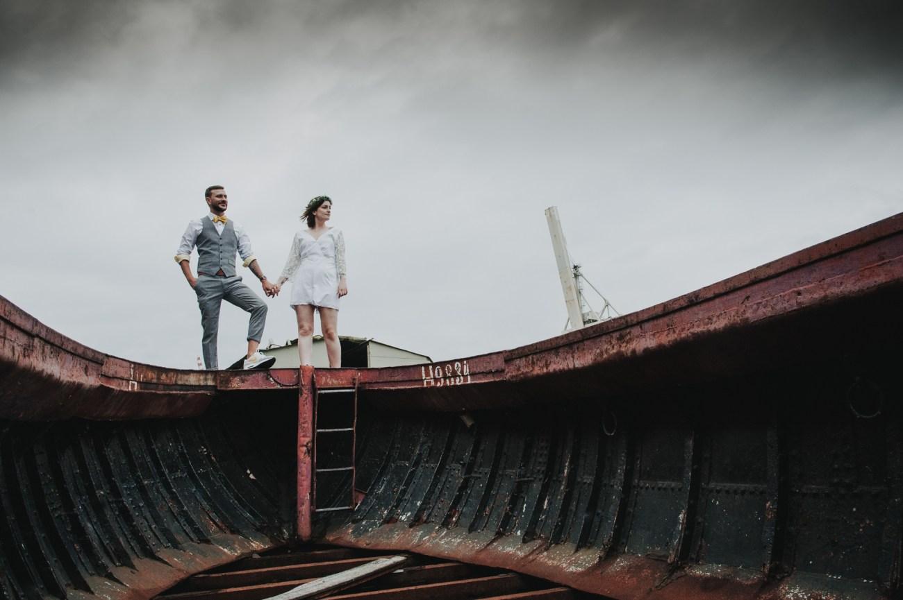 Alternatives, tätowiertes Brautpaar in Jumpsuit und Sneakern beim Brautpaarshooting in Hamburg