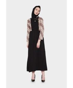 – Gamis batik print – Warna Cokelat – Kerah shanghai – Zipper depan – Regular fit – Detail batik pada rompi – Material semi sutra dobby