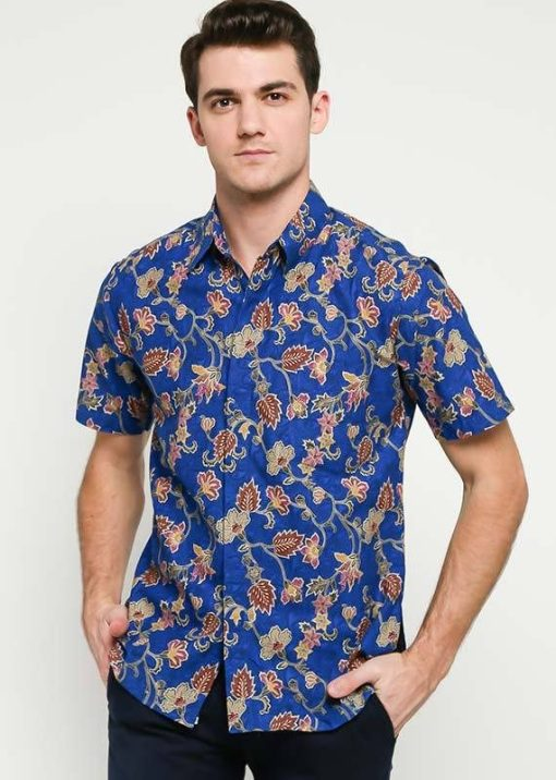 Kemeja batik lengan pendek Didesain formal dalam motif Bunga Rambat Pointed collar Hidden button opening & left chest pocket Material : Katun primis