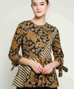 3/4 sleeve blouse Didesain etnik dalam batik pattern Round neckline Back zipper closure Material : Katun Batik Print