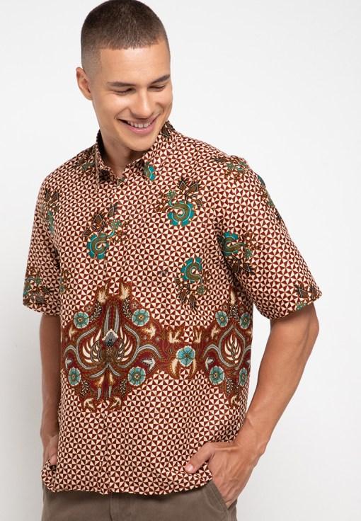 Batik lengan pendek Didesain trendy Pointed collar, front button opening Left chest pocket Material : Katun prima & batik print