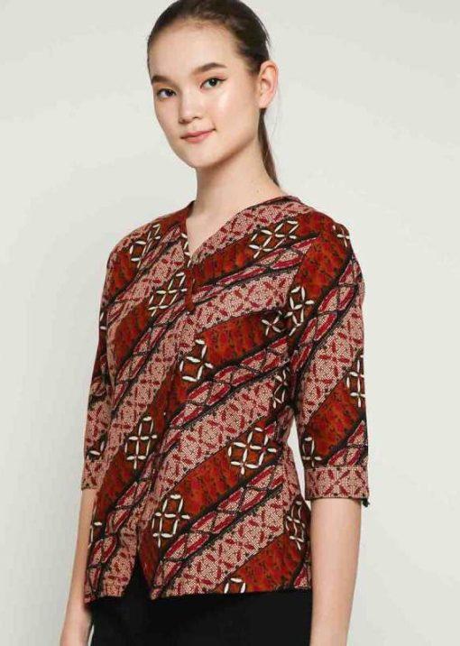 3/4 sleeve blouse Didesain etnik dalam batik pattern V-neckline Back zipper closure Material : Katun Prima, Batik Print