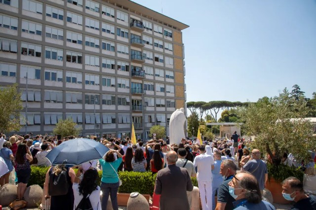 A crowd gathered outside Gemelli hospital as Pope Francis delivered the Angelus address on July 11, 2011. / Pablo Esparza/CNA