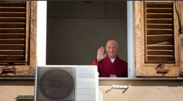 Cardinal Bagnasco waves from the hospital window. Galliera Hospital