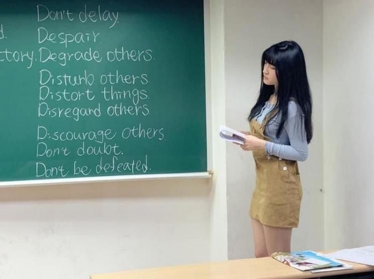 超巨老師上課照外流!「窄裙+深V上衣」網友求神人...學生拍下上課模樣:撞臉四葉草!