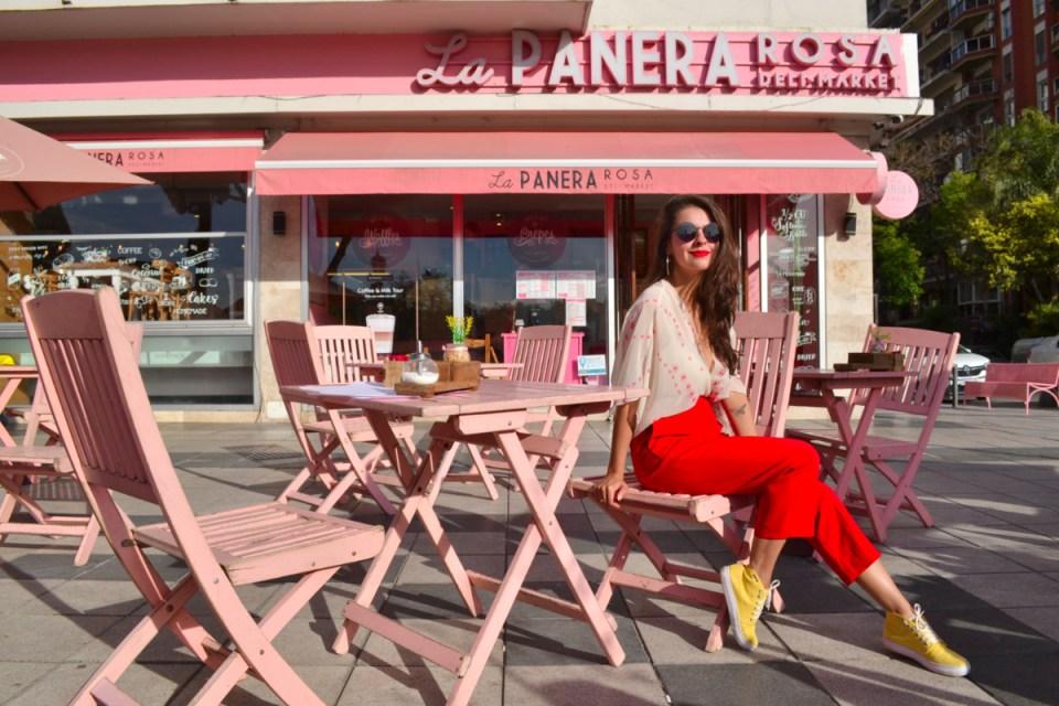 Café todo rosa argentino no bairro da Recoleta com mesas na rua e decoração fofa