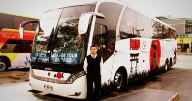 Jacobo Salinas y bus Ninja de Moraga Tour