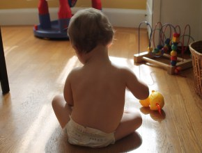 jucării şi haine pentru copii