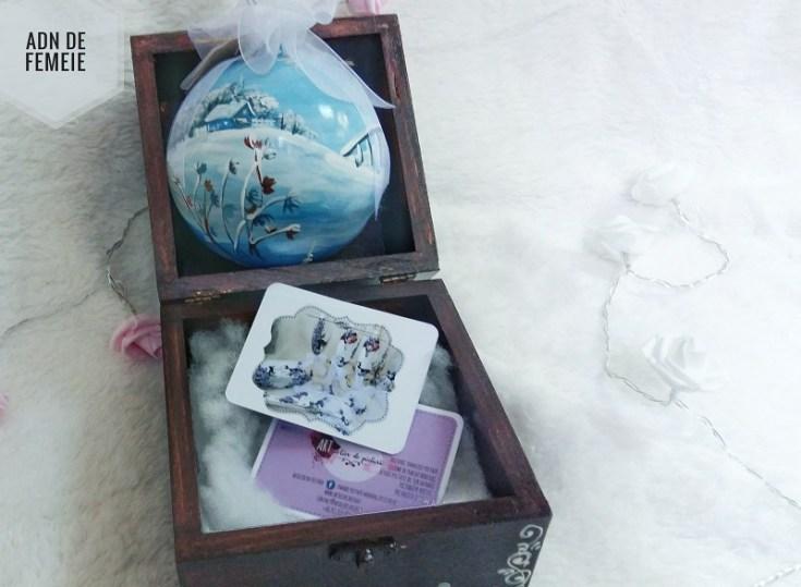 cutie din lemn cu glob pictat