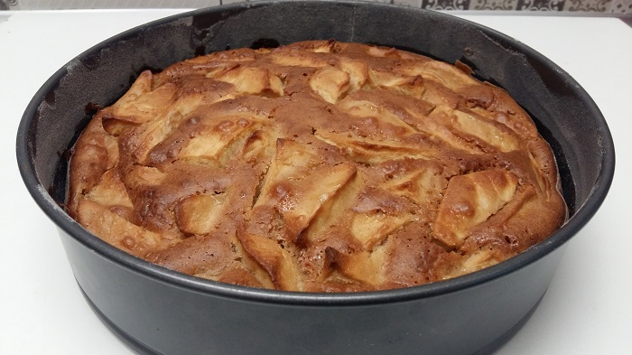 tort cu mere si cocos scos din cuptor