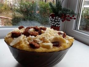Mămăligă cu brânză și cârnaț de casă
