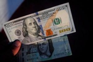 MÉXICO, D.F., 10ENERO2015.- Algunas sucursales bancarias en el aeropuerto de la ciudad de México, vendieron el dólar en un máximo de 18.20 pesos, y lo adquirieron en un precio mínimo de 16.90 pesos. FOTO: DIEGO SIMÓN SÁNCHEZ /CUARTOSCURO.COM