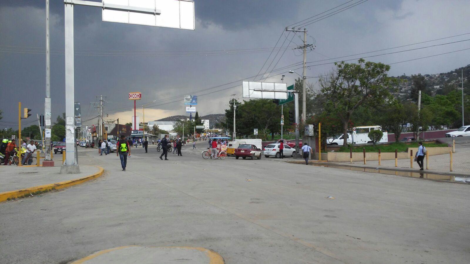 Bloquean padres de familia calzada Madero en Oaxaca de Juárez
