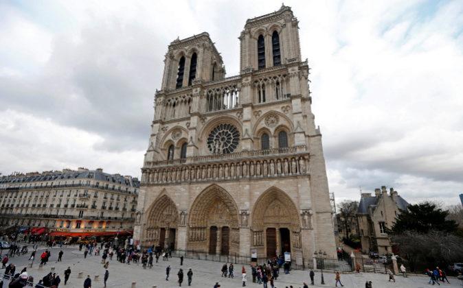 El policía herido en Notre Dame sale del hospital