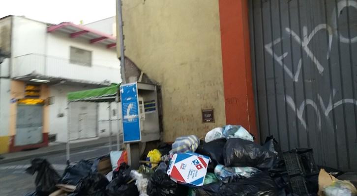 Pese al llamado llamado de la autoridad de no sacar la basura, capitalinos comienzan acumularla en las calles (08:40h)