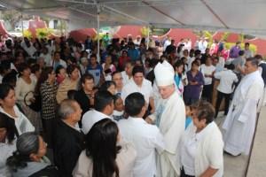 Arzobispo saludado por los feligreses