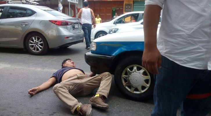 Chofer de taxi agrede a particular, lo deja convulsionando (15:51 h)