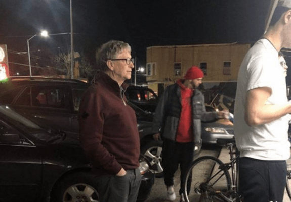 Captan a Bill Gates haciendo fila por una hamburguesa (19:35 h)