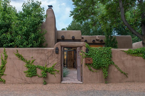 Adobe Oasis, Entrance (Photo: Peter Ogilvie)